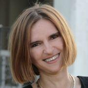 Dr. Bakos Judit Eszter--Mérnök- közgazdász, jógatanár, jógaterapeuta, mantraénekes